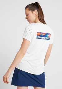 Patagonia - CAP COOL DAILY GRAPHIC - Print T-shirt - white - 2