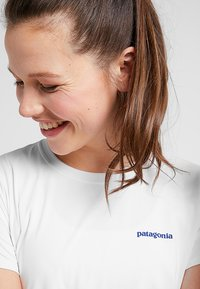 Patagonia - CAP COOL DAILY GRAPHIC - Print T-shirt - white - 4