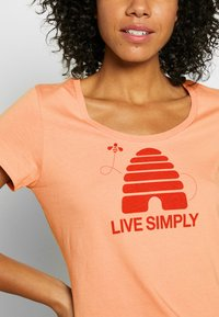Patagonia - LIVE SIMPLY HIVE SCOOP - T-shirts med print - scotch pink - 5