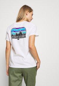 Patagonia - FITZ ROY FAR OUT ORGANIC CREW POCKET - Print T-shirt - white - 2