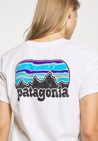 Patagonia - FITZ ROY FAR OUT ORGANIC CREW POCKET - Print T-shirt - white - 4