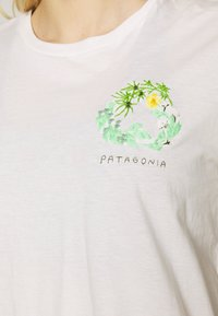 Patagonia - FIBER ACTIVIST CREW  - T-shirts med print - white - 5