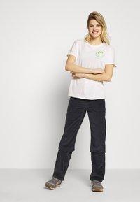 Patagonia - FIBER ACTIVIST CREW  - T-shirts med print - white - 1