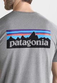 Patagonia - LOGO RESPONSIBILI TEE - T-shirt z nadrukiem - grey - 5