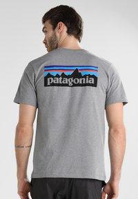 Patagonia - LOGO RESPONSIBILI TEE - T-shirt z nadrukiem - grey - 2
