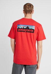 Patagonia - LOGO RESPONSIBILI TEE - Camiseta estampada - fire - 2