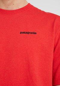 Patagonia - LOGO RESPONSIBILI TEE - Camiseta estampada - fire - 4