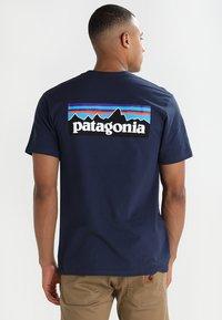 Patagonia - LOGO RESPONSIBILI TEE - T-shirt med print - classic navy - 0
