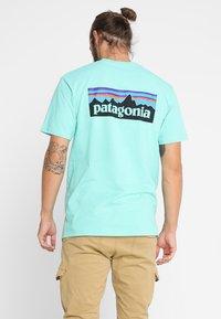 Patagonia - LOGO RESPONSIBILI TEE - T-shirt med print - vjosa green - 2