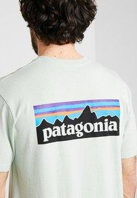 Patagonia - LOGO RESPONSIBILI TEE - Print T-shirt - lite distilled green - 5