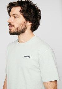 Patagonia - LOGO RESPONSIBILI TEE - Print T-shirt - lite distilled green - 3