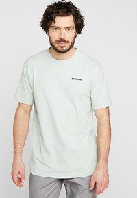 Patagonia - LOGO RESPONSIBILI TEE - Print T-shirt - lite distilled green - 0