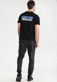 Patagonia - LOGO RESPONSIBILI TEE - T-shirt med print - black - 2