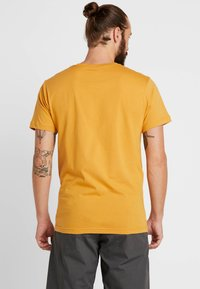 Patagonia - FLYING FISH - T-shirt med print - glyph gold - 2