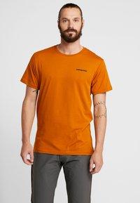 Patagonia - LOGO ORGANIC - T-shirt med print - hammonds gold - 0