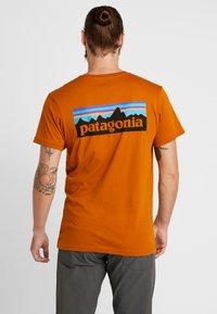 Patagonia - LOGO ORGANIC - T-shirt med print - hammonds gold - 2