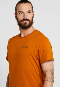 Patagonia - LOGO ORGANIC - T-shirt med print - hammonds gold - 4