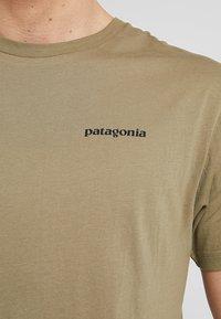 Patagonia - LOGO ORGANIC - T-shirt z nadrukiem - sage khaki - 4