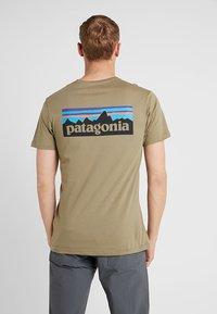 Patagonia - LOGO ORGANIC - T-shirt z nadrukiem - sage khaki - 2