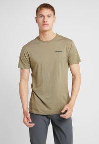 Patagonia - LOGO ORGANIC - T-shirt z nadrukiem - sage khaki - 0