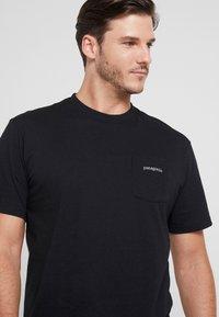 Patagonia - LINE LOGO RIDGE POCKET RESPONSIBILI TEE - T-shirt med print - black - 4