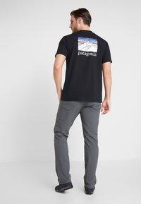 Patagonia - LINE LOGO RIDGE POCKET RESPONSIBILI TEE - T-shirt med print - black - 2