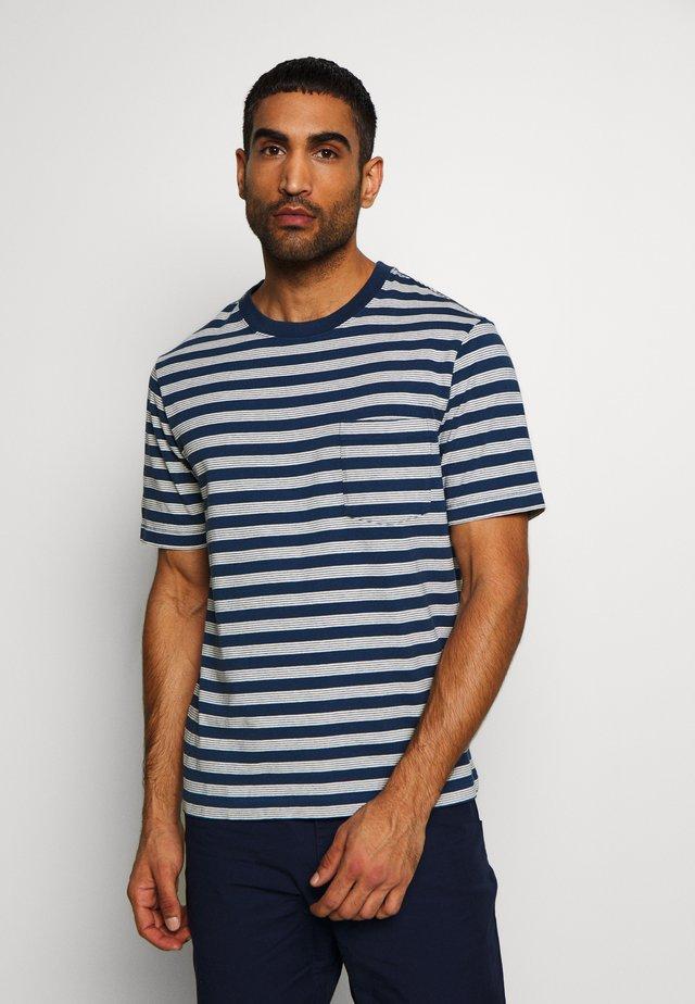 POCKET TEE - Print T-shirt - stone blue