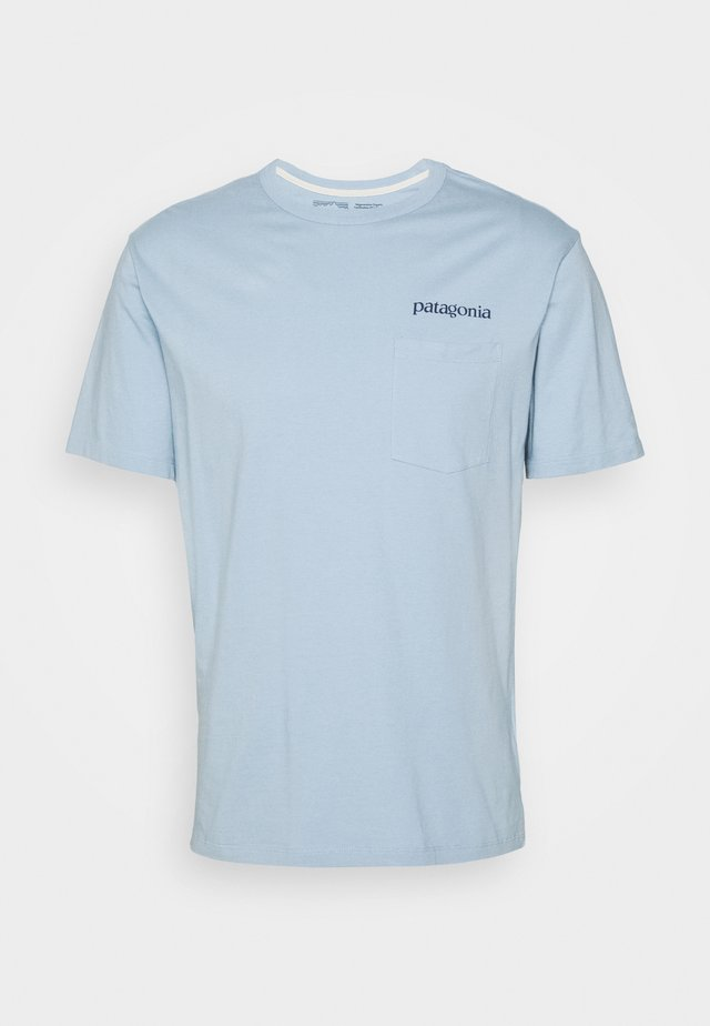 ROAD TO REGENERATIVE POCKET TEE - Printtipaita - big sky blue