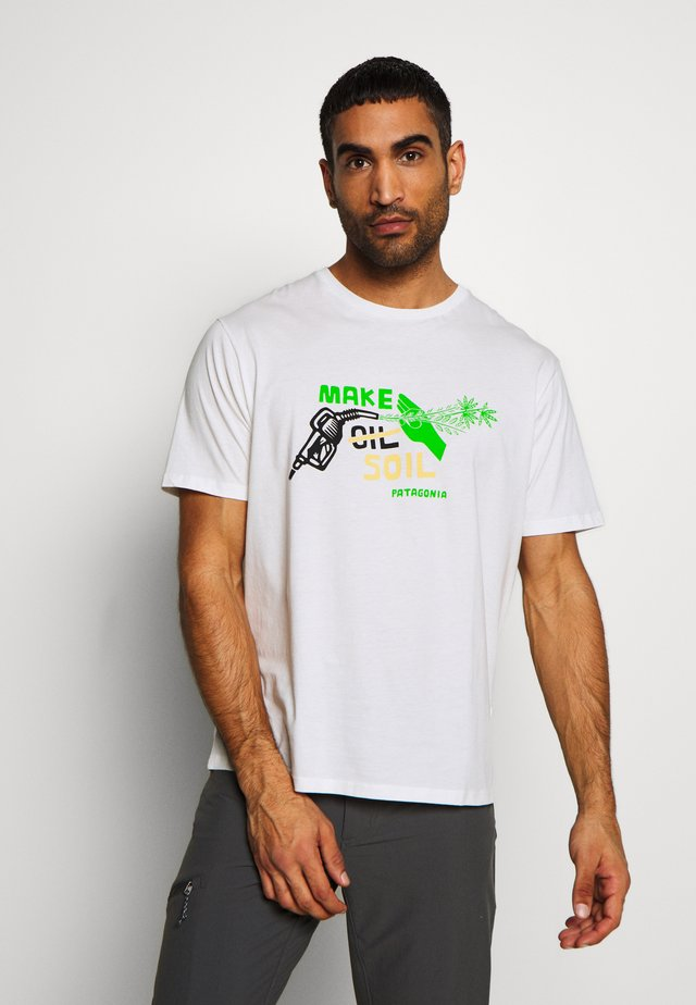 MAKE SOIL ORGANIC  - Printtipaita - white