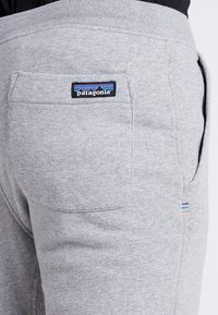 Patagonia - MAHNYA PANTS - Spodnie treningowe - feather grey
