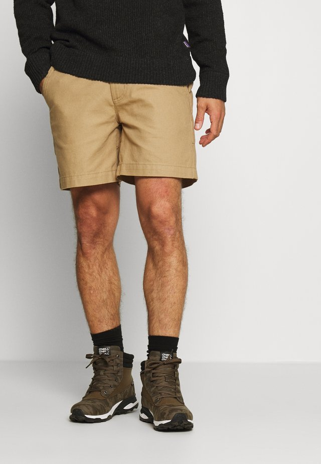 STAND UP SHORTS - Shorts - mojave khaki