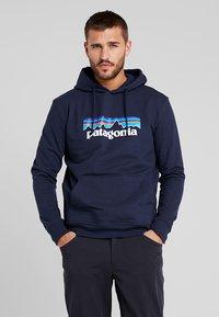 Patagonia - LOGO UPRISAL HOODY - Jersey con capucha - classic navy - 0