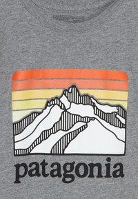 Patagonia - BOYS GRAPHIC ORGANIC  - Triko spotiskem - gravel heather - 3