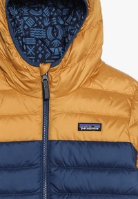 Patagonia - BOYS REVERSIBLE HOODY - Down jacket - glyph gold - 4