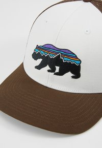 Patagonia - FITZ ROY BEAR TRUCKER HAT - Kšiltovka - white/bristle brown - 6