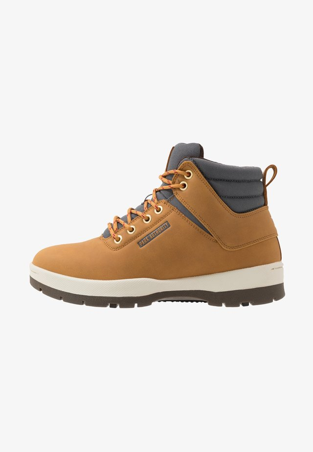 H1KE TERRITORY - Lace-up ankle boots - barley