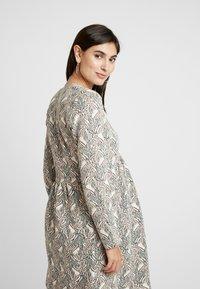Paula Janz Maternity - DRESS SOUFFLE NURSING - Pletené šaty - white - 4