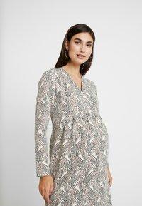 Paula Janz Maternity - DRESS SOUFFLE NURSING - Pletené šaty - white - 6