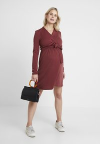 Paula Janz Maternity - DRESS BRASILIA NURSING - Robe en jersey - berry - 1
