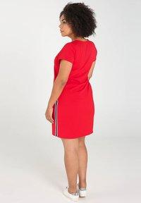 Paprika - MIT SPORTSWEAR-STREIFEN - Korte jurk - red - 1