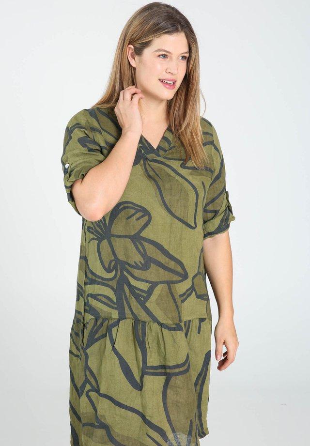 MIT GEOMETRISCHEM AUFDRUCK - Sukienka letnia - olive/green