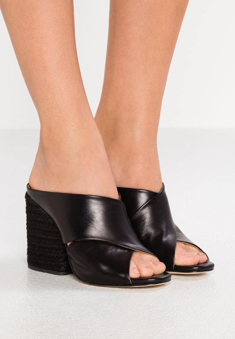 Paloma Barceló - VENUS - Pantolette hoch - black