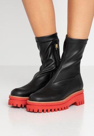 ANAIS SUPREME - Platform ankle boots - black/red