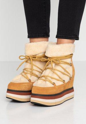 KIRAN  - Kotníková obuv na vysokém podpatku - moustard