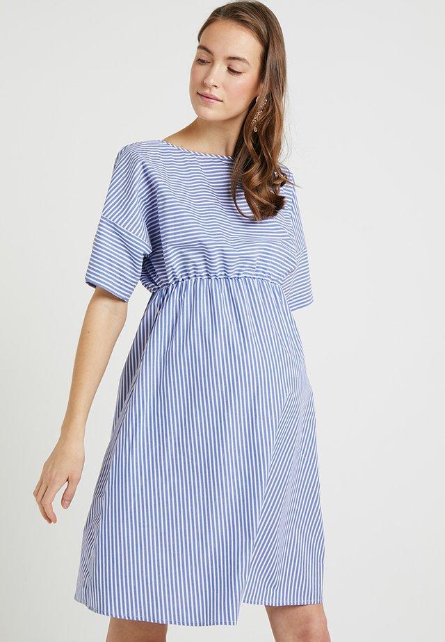 VACATION FRIENDS - Sukienka z dżerseju - blue/white