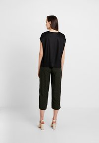 Opus - MAHAL PRINT - Pantalon classique - oliv green - 2