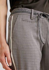 Opus - MORIEL PEPITA - Pantaloni - iron grey melange - 4