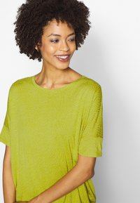 Opus - SULKI - T-shirts med print - green leaf - 3
