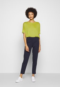 Opus - SULKI - T-shirts med print - green leaf - 1