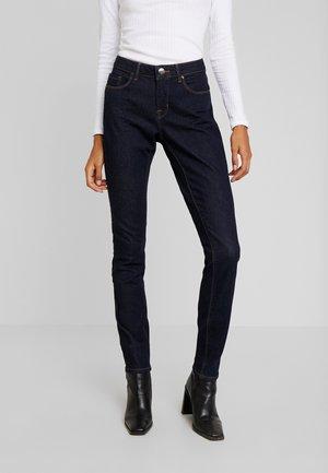 ELMA - Jeansy Slim Fit - rinsed blue